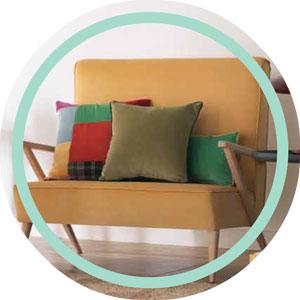 Sofa de madera con reposabrazos de madera lacado
